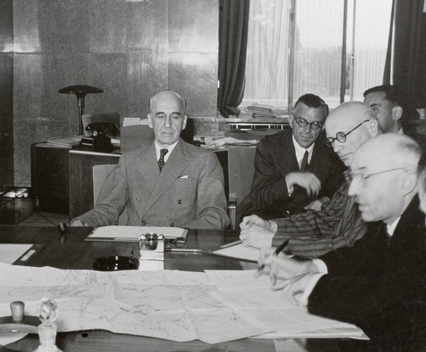 Signing of the transfer of assets from the League to the UN (right). UN Geneva Archives